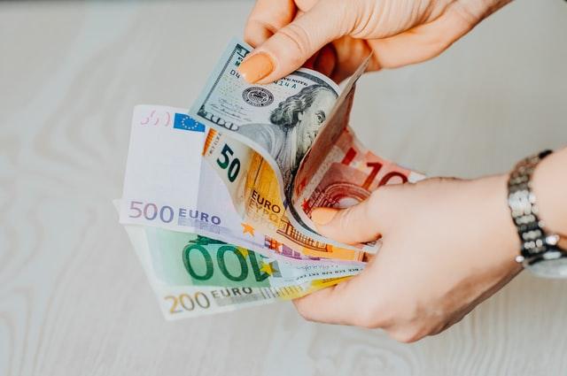 counting-banknotes